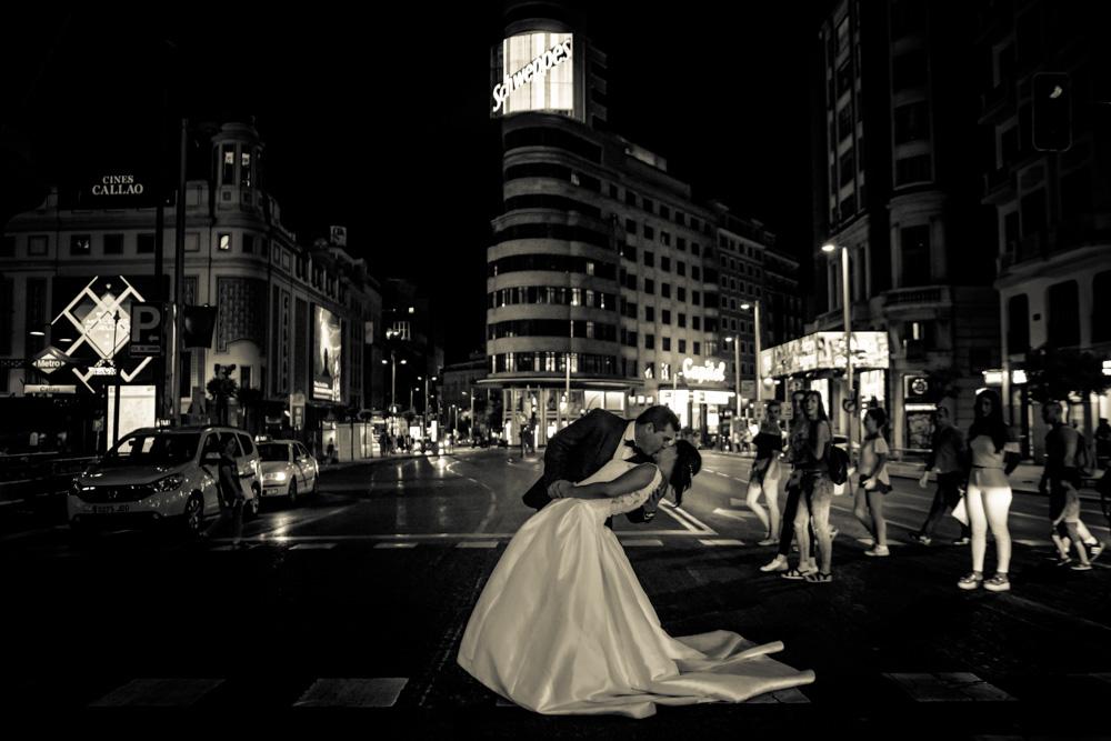 Fotos-preboda-postboda-10-lugares-en-Madrid-para-novios-atrevidos-gran-via-wayak-studio-7