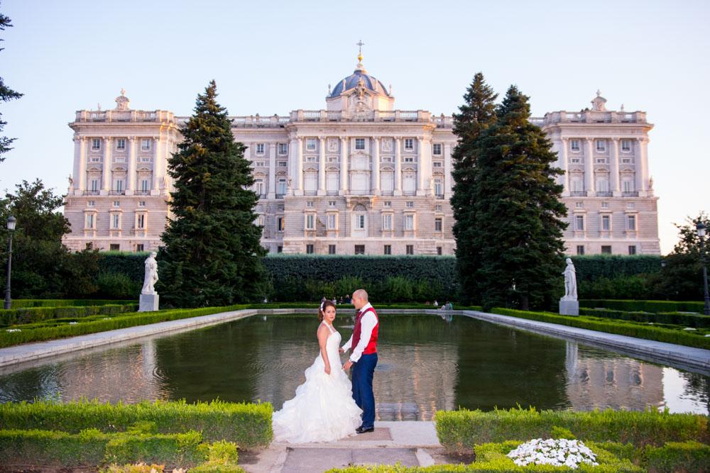 Fotos-preboda-postboda-10-lugares-en-Madrid-para-novios-atrevidos-jardines-sabatini-wayak-studio-7